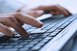 Mani dell'uomo sulla tastiera