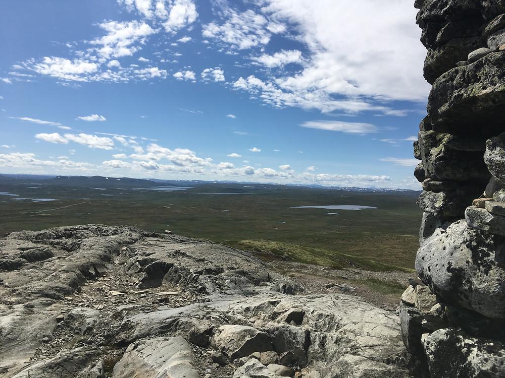 Herfra ser du utover Hardangervidda, Hallingskarvet og til og på en god dag kan du se Hårteigen og Gaustadtoppen i det fjerne.