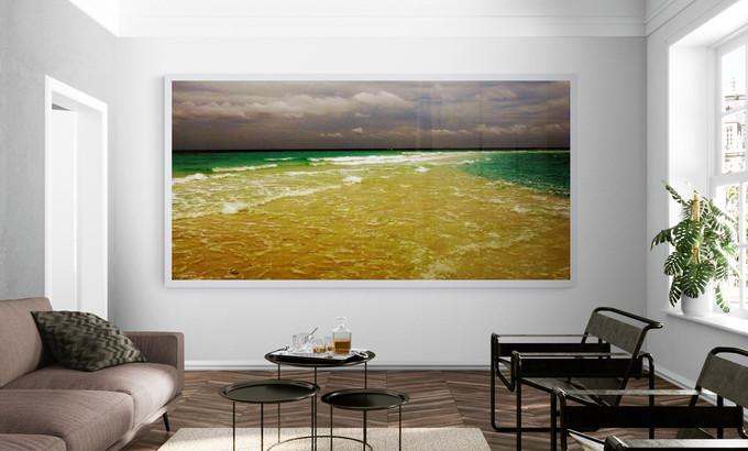סלון עם תמונת אופק ים.jpg