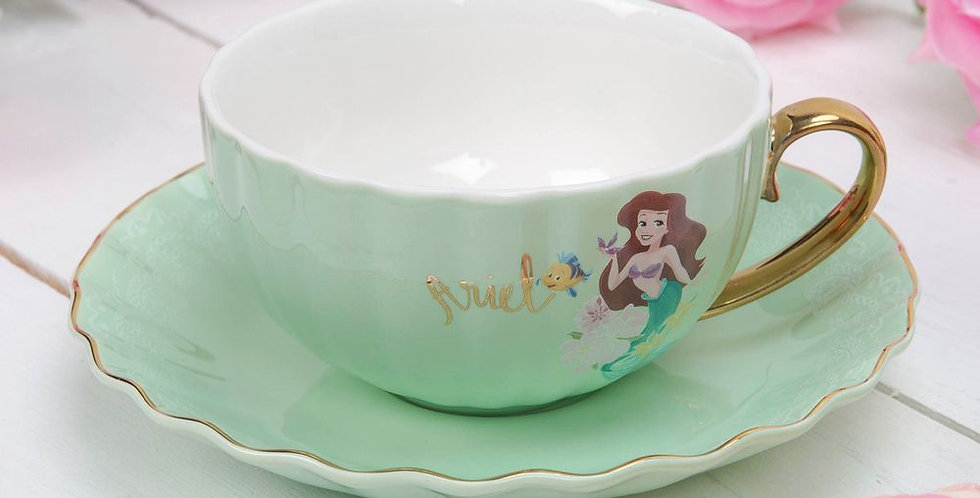 Tasse en porcelaine et sa soucoupe assortie