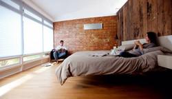Schlafzimmer-einrichten-Klimaanlage-Design-Heizung-Ziegelwand-unbehandelt