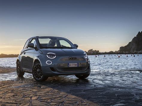 """Der New 500 wird zum """"Cabrio des Jahres"""" und zum """"Besten kleinen elektrischen Stadtauto"""" gewählt"""