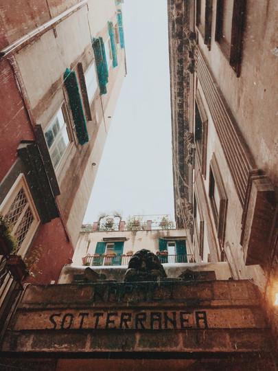 נפולי נאפולי סוטרנה איטליה מנהרות תת קרקעיות קטקמובס
