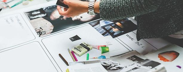 Mani che lavorano sulla rivista di stamp