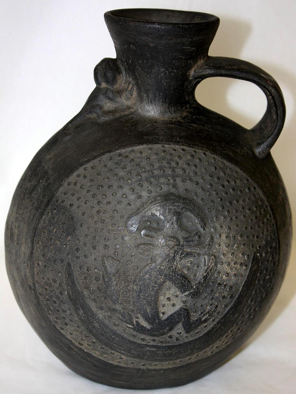 Сосуд с изображением лунного зверя на полумесяце. Чиму, 900-1430 гг. н.э. Коллекция The British Museum.