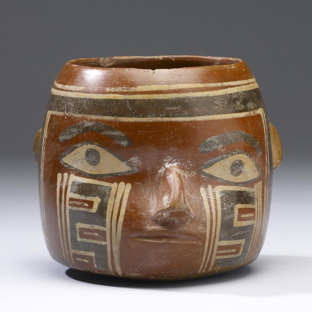 Сосуд в виде трофейной головы. Уари, 500-800 гг. н.э. Коллекция The Walters Art Museum, Baltimore.