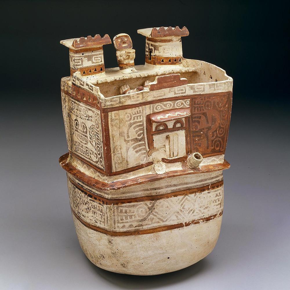 Сосуд-пакча в виде храма. На стенах модели присутсвуют изображения Лунного зверя. Рекуай, 200-600 гг. н.э. Коллекция Dallas Museum of Art.