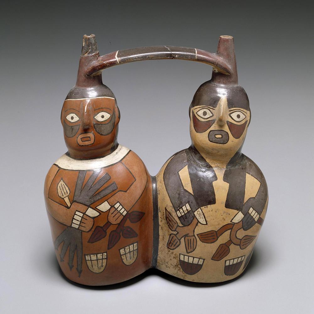 Сосуд в виде двух фигур, которые держат в руках различные растения. Наска, 300-500 гг. н.э. Коллекция Dallas Museum of Art.