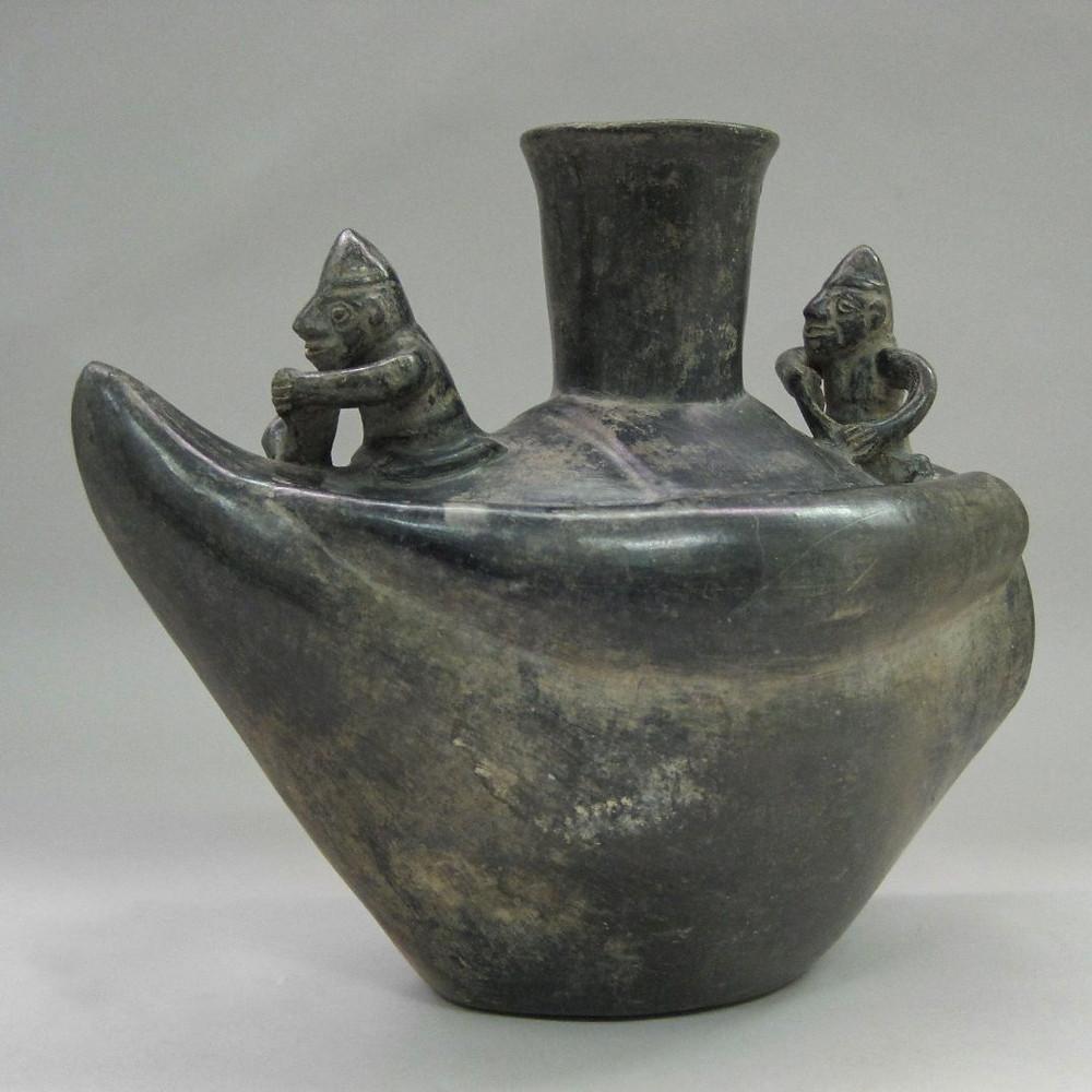 Сосуд в виде лодки с рыбаками. Чиму, 1100-1470 гг. н.э. Коллекция Brooklyn Museum.