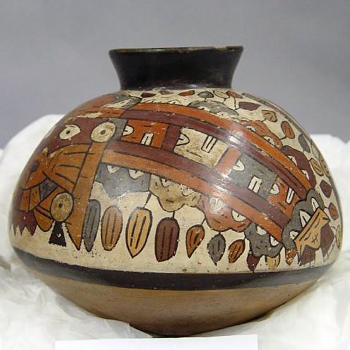 Сосуд с изображением мифического существа, из трофейных голов на теле которого прорастают растения. Наска, 100 г. до. н.э. - 600 г. н.э. Коллекция The British Museum.