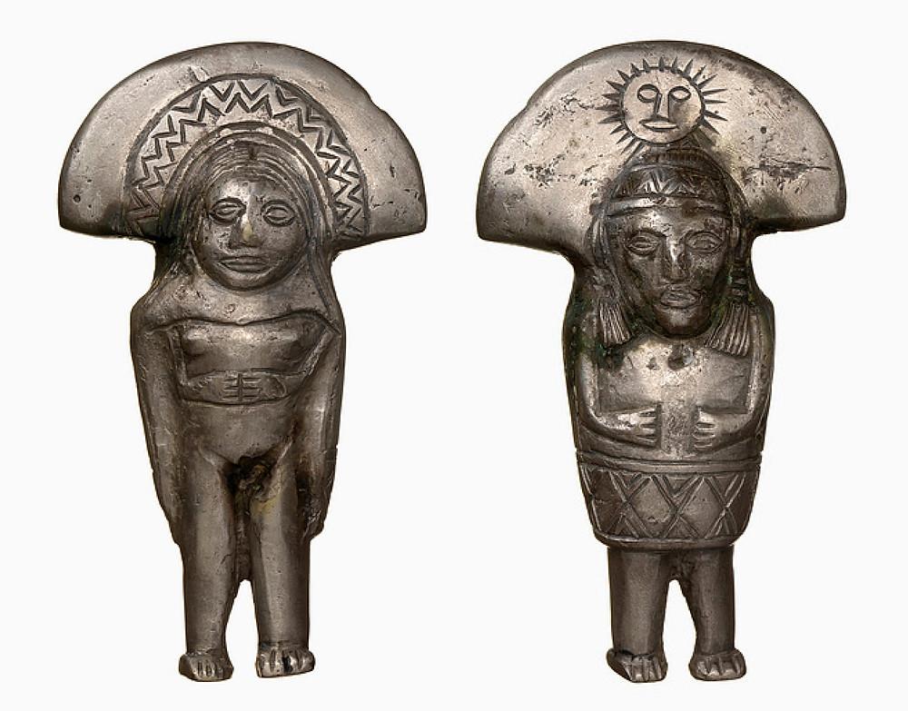 Фигурка из серебра. С одной стороны изображение женщины с головным убором лунной богини. С другой стороны мужская фигура с солнцем на головном уборе. Инки, 1470-1532 гг. н.э. Коллекция National Museum of the American Indian.
