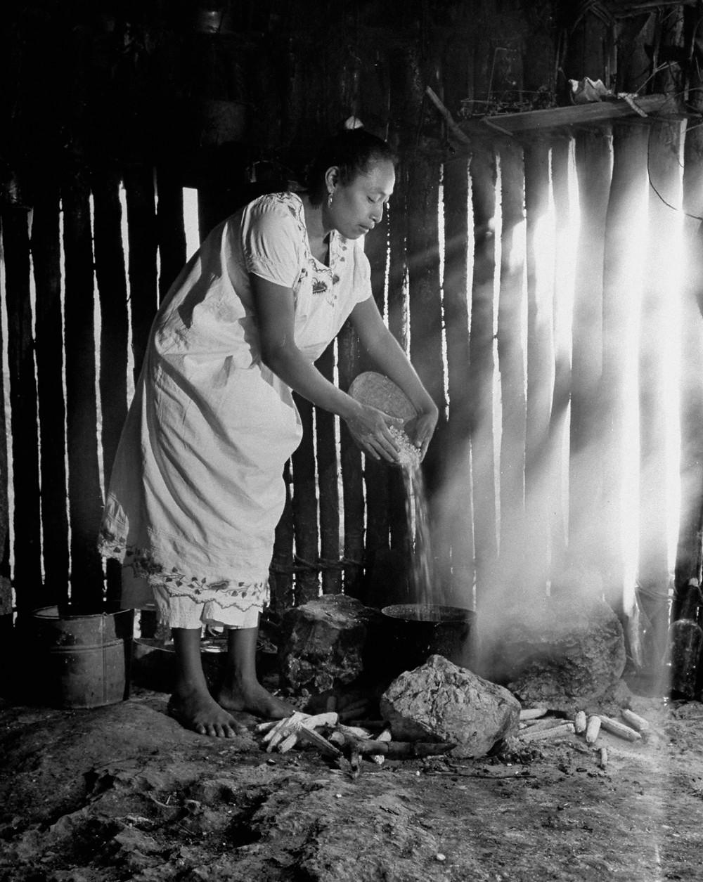 Женщина народа Майя готовит кукурузу. Дмитрий Кессель, март 1947 г. Фотография из собрания LIFE Magazine.
