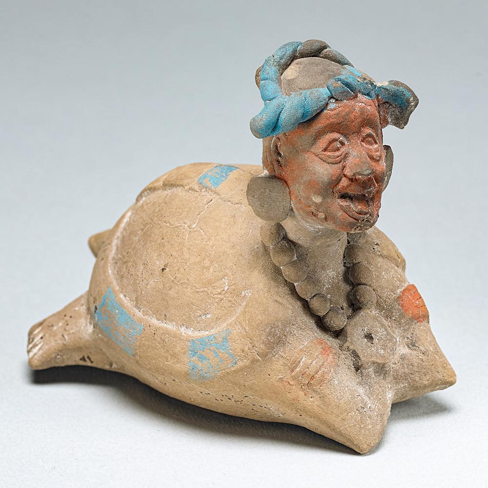 Погремушка или свисток в виде Бога Н (God N) в панцире черепахи. Майя, 600-900 гг. н.э. Коллекция Princeton University Art Museum.