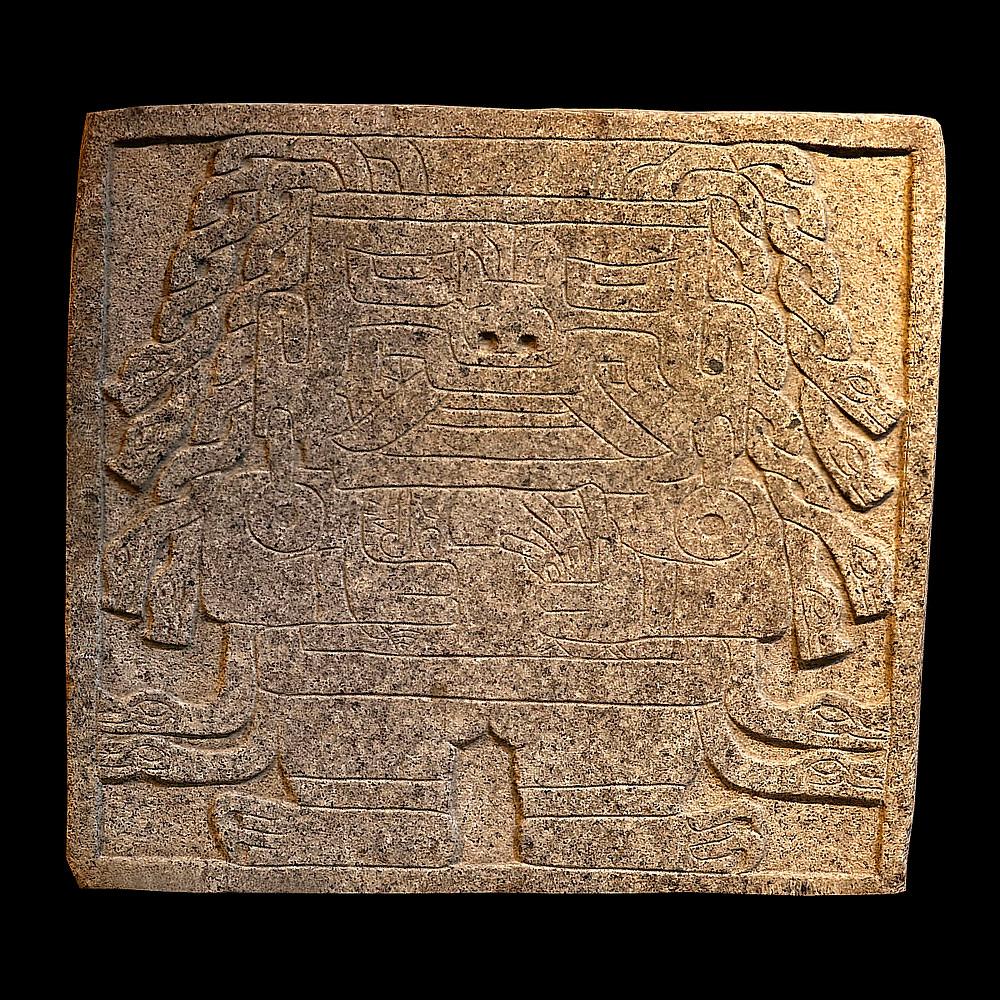Рельефное изображение божества с двумя видами раковин в руках (стромбус в правой руке, спондилюс в левой руке). Культура Чавин. Коллекция Museo Nacional de Chavín.