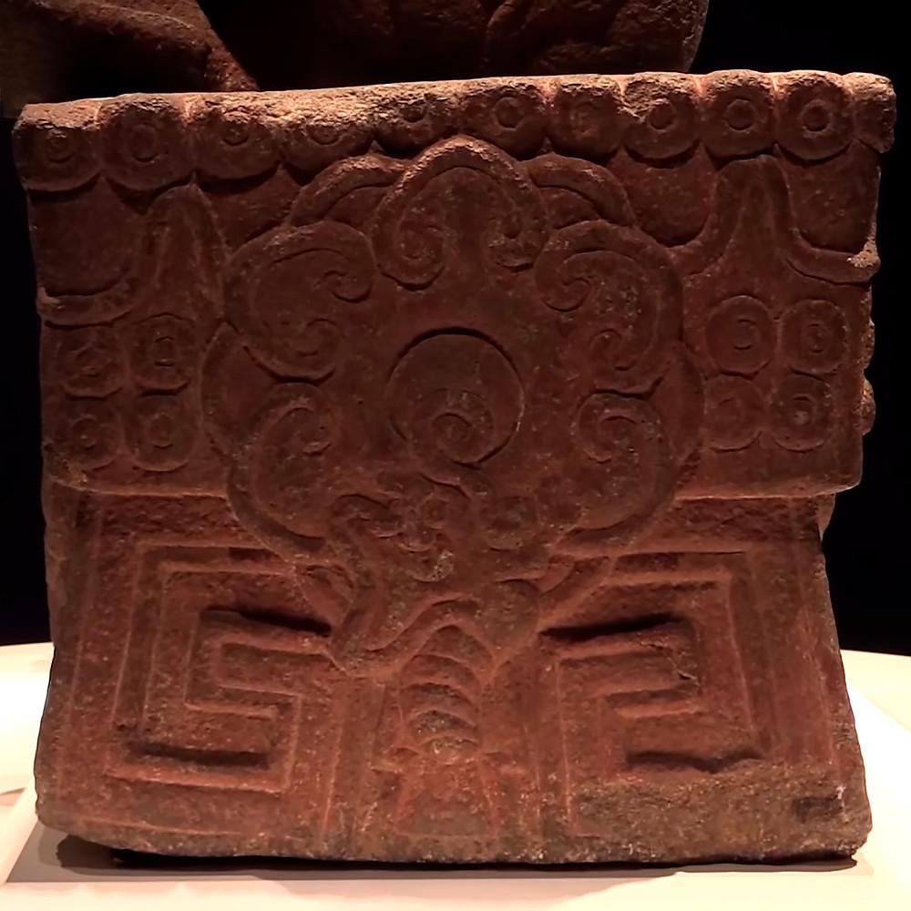 """Постамент. Кадр из видео к открытию выставки """"Xochipilli, el Señor de las Flores reina en el Museo Nacional de Antropología"""", Museo Nacional de Antropología, Mexico."""