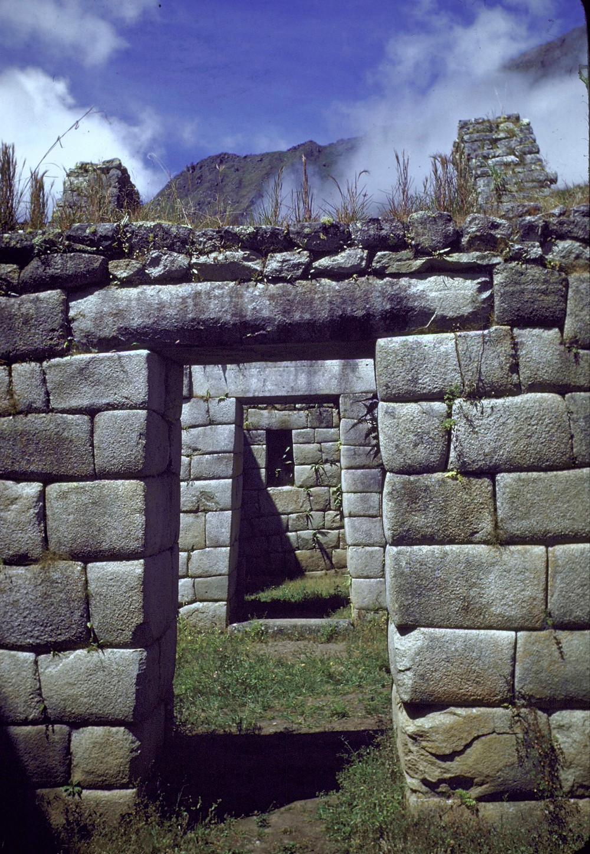 Трапециевидные входные проемы в руинах Мачу-Пикчу. Франк Шершель, 1945 г. Фотография из собрания Life Magazine.