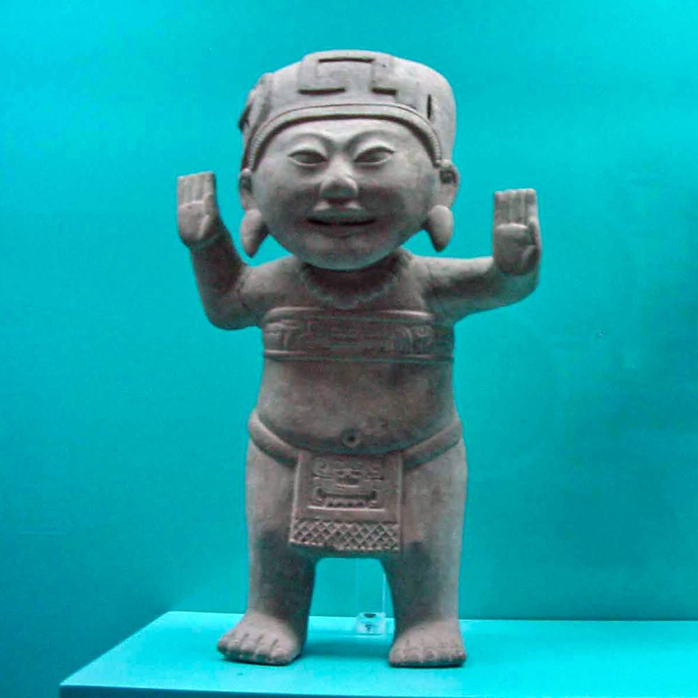 Улыбающаяся скульптура с двумя правыми руками. Remojadas archaeological site.