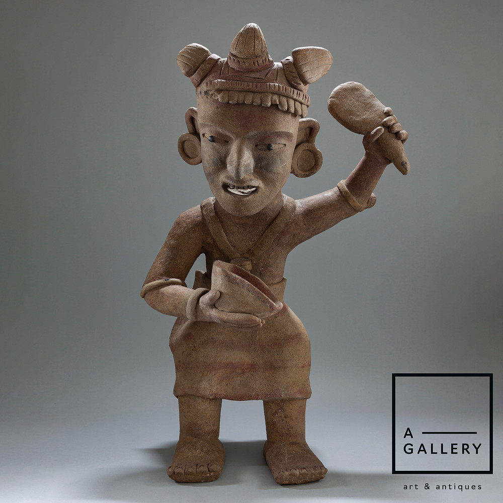 Фигура жреца с чашей и лопаткой, Веракрус (600-900 гг. н.э.). Коллекция A-Gallery, Москва. Ссылка на предмет: https://www.a-gallery.ru/product-page/shaman-kultura-verakrus-600-900-gg