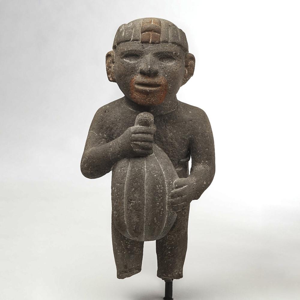 Скульптура, изображающая мужчину с плодом какао в руках. Ацтеки, 1440-1521 гг. н.э. Коллекция Brooklyn Museum.