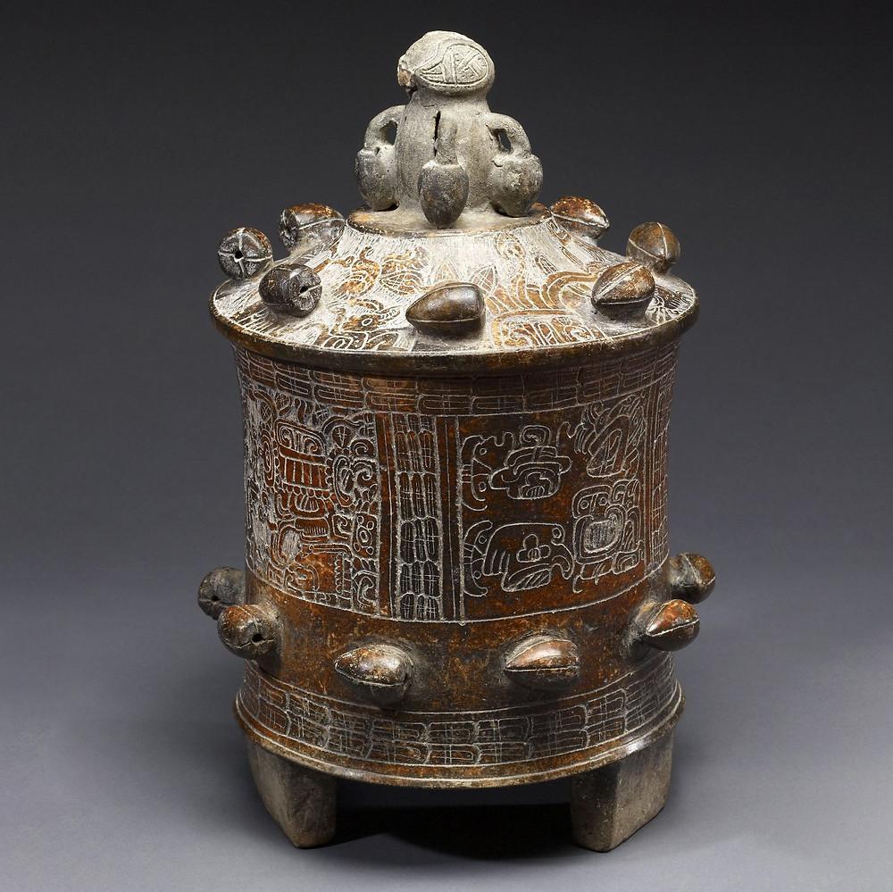 Сосуд для подачи какао. Майя, 250-550 гг. н.э. Коллекция The Walters Art Museum, Балтимор.
