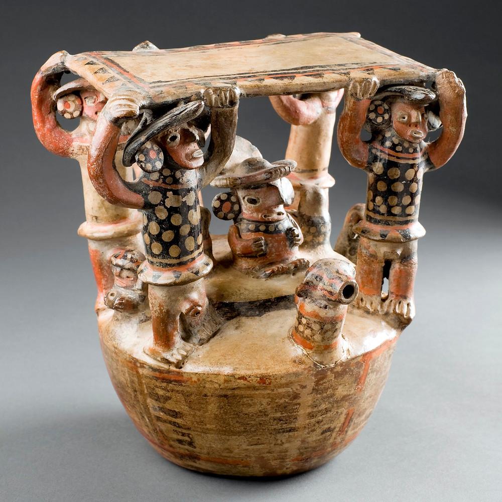 Пакча. Скульптурный сосуд с изображением сцены почитания предков. Рекуай, 1-800 гг. н.э. Коллекция Museo Larco, Lima.