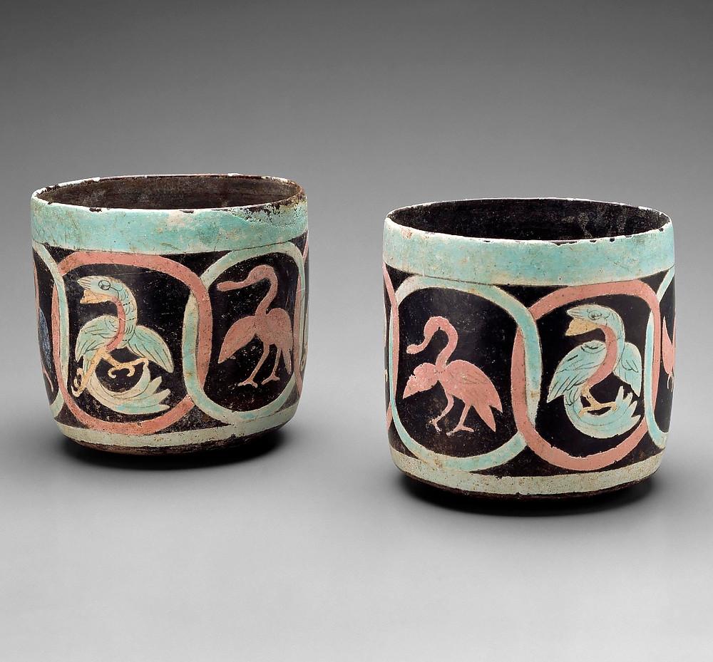 Сосуды с изображениями птиц. Розовые колпицы и зеленые кетсали. Майя, 600-900 гг. н.э. Коллекция The Museum of Fine Arts, Houston.
