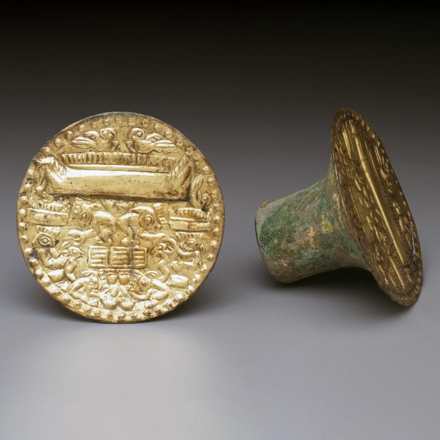 Ушные украшения с изображением сцены добычи раковин. Чиму, 1000-1450 гг. н.э. Коллекция Michael C. Carlos Museum, Emory University.