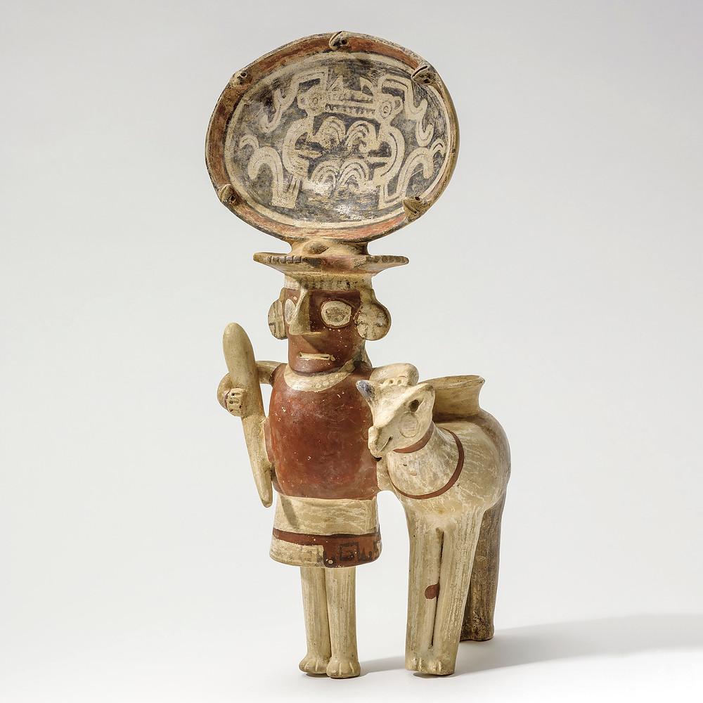 Фигуры человека и ламы. Головной убор украшен изображениями Лунного зверя. Рекуай, 1-700 гг. н.э. Коллекция Los Angeles County Museum of Art.