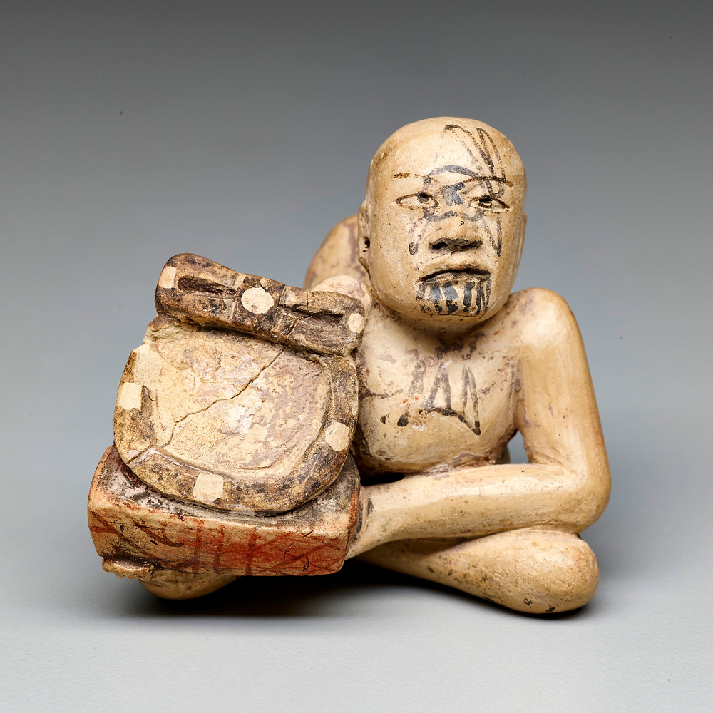 Горбун с зеркалом.  Ольмеки, 1000-500 гг. до н.э. Коллекция Dallas Museum of Art.