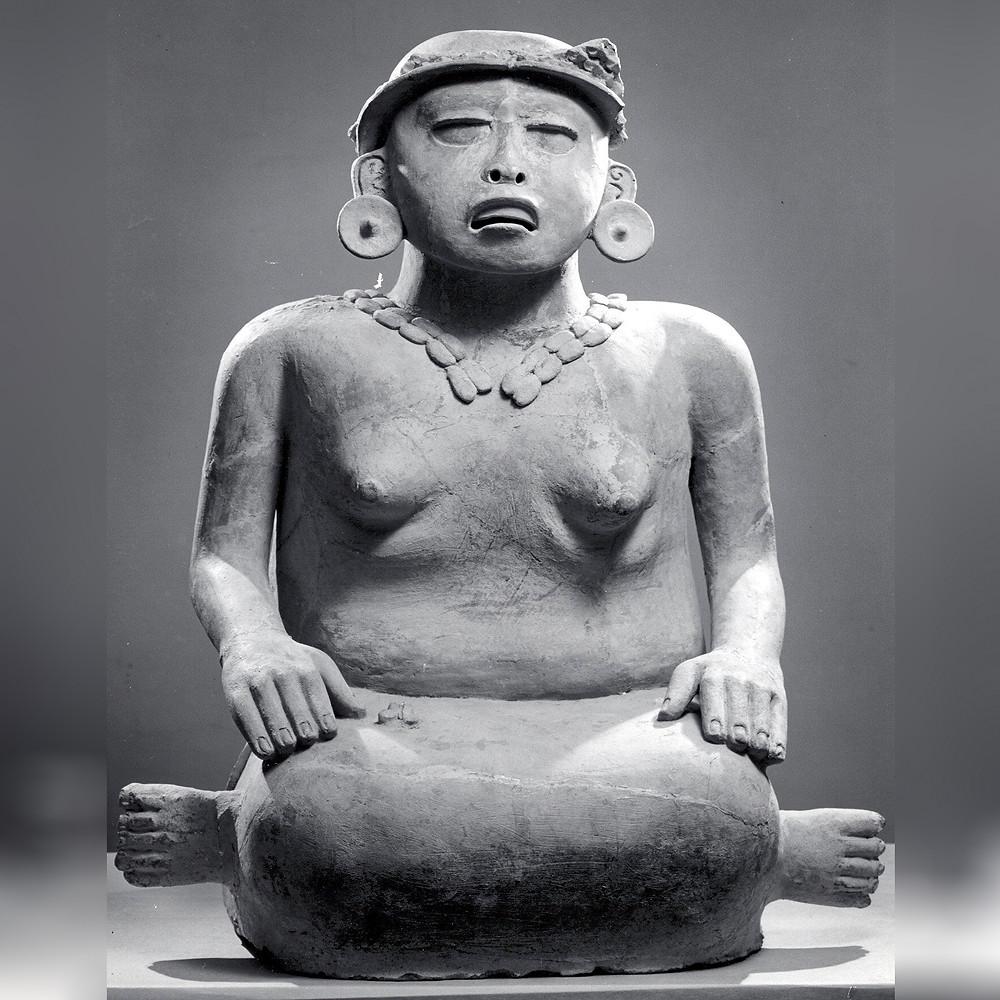 Скульптура сидящей женщины. Ремохадас, VI-IX вв. н.э. Коллекция The Metropolitan Museum of Art.