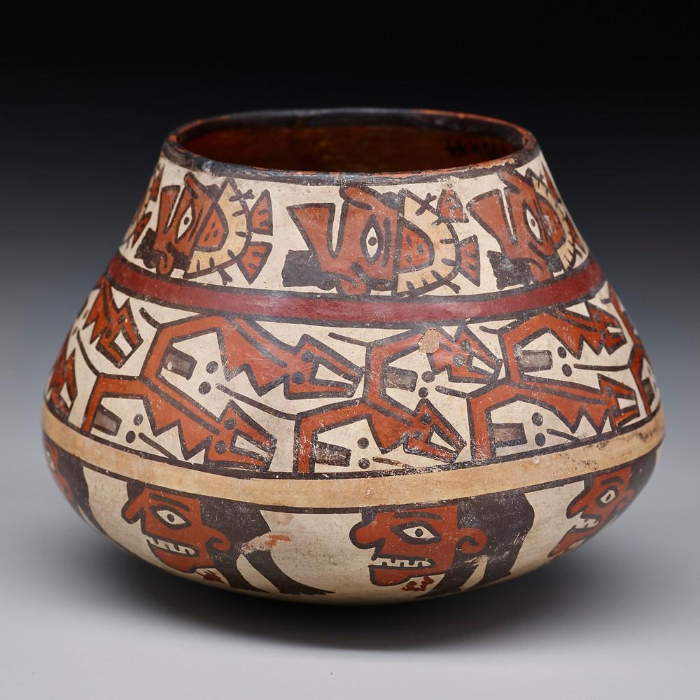 Сосуд с изображением трофейных голов и змей. Наска, 430-530 гг. н.э. Коллекция Dallas Museum of Art.