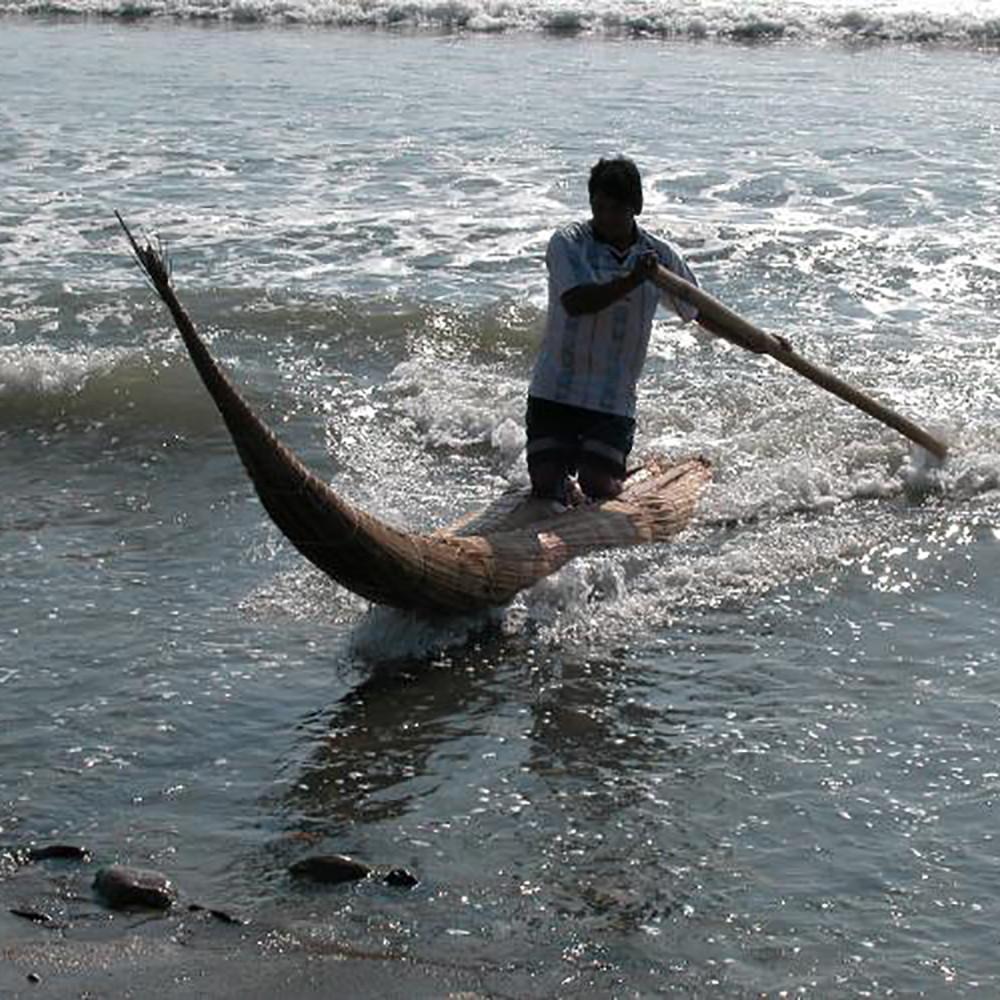 Местный житель верхом на тростниковой лодке. Фотография J. Quilter. Источник: https://www.peabody.harvard.edu/node/2481