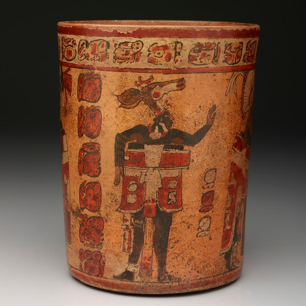 Цилиндрический сосуд со сценой игры в мяч. Майя, 682-701 гг. н.э. Коллекция Dallas Museum of Art.