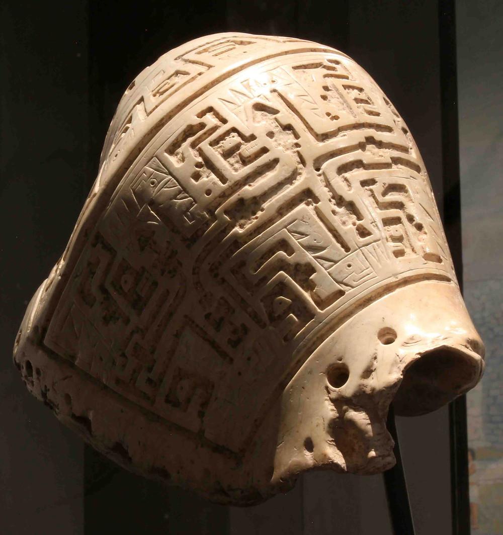 Путуто (духовой музыкальный инструмент из раковины). Найден при раскопках Чавин де Уантар, Перу. Фотография с сайта Университета Станфорда.