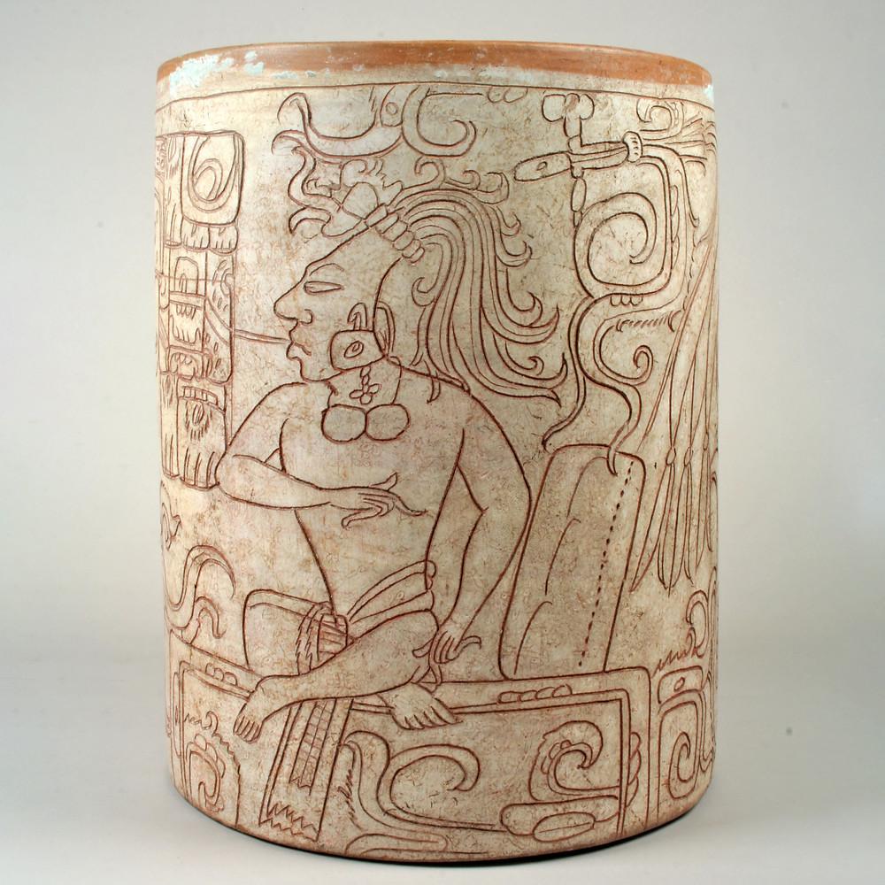Сосуд для какао с изображением правителя. Майя, 7-8 вв. н.э. Коллекция The Metropolitan Museum of Art.