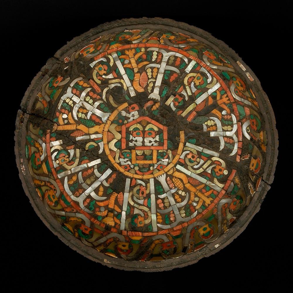 Внутренняя сторона инкрустированного деревянного блюда. Культура Чиму. Коллекция National Museum of Archeology, Anthropology and History of Peru, Lima.