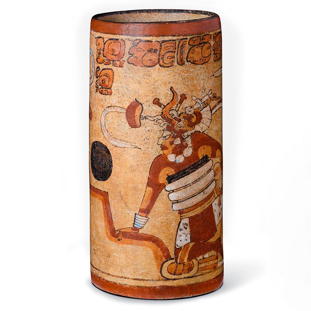 Цилиндрический сосуд со сценой игры в мяч. Майя, 600-900 гг. н.э. Коллекция Los Angeles County Museum of Art.