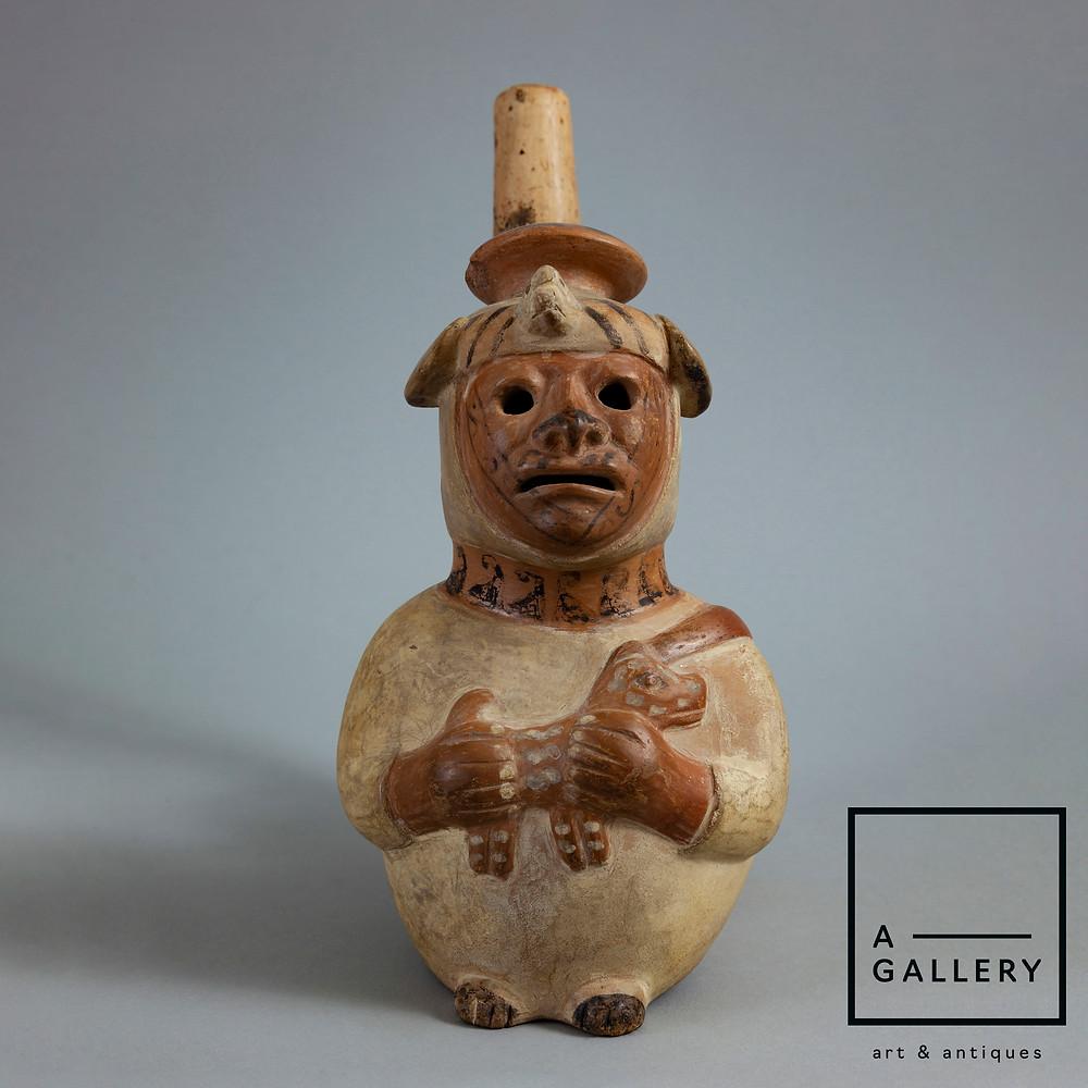 Сосуд в виде слепца, прижимающего к груди собаку. Моче, 500-750 гг. н.э. Коллекция A-Gallery, Москва.