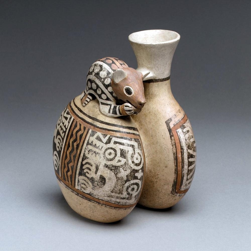 Сосуд с фигурой грызуна. За спиной Ленного зверя на тулове сосуда,  изображены лучистые объекты. Рекуай, 4-7 вв. н.э. Коллекция Metropolitan Museum of Art.