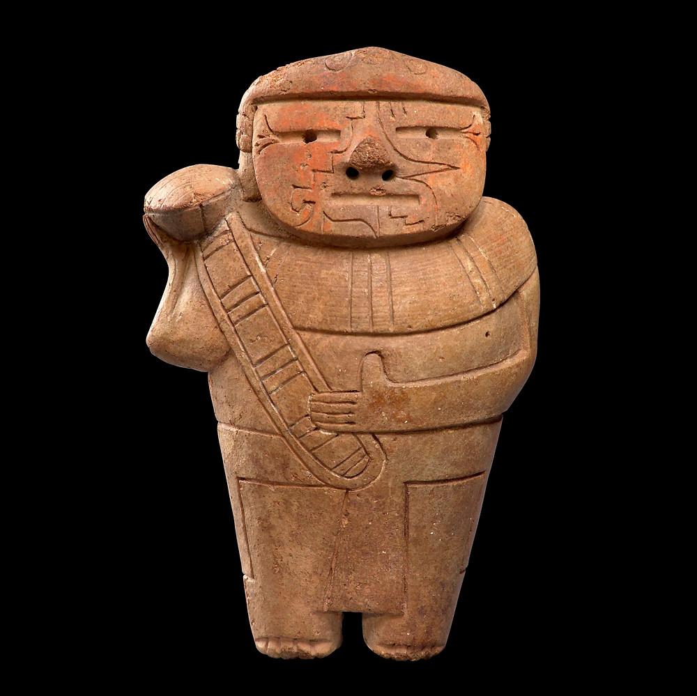 Фигура человека с трубой из раковины. Куписнике, 1500-500 гг. до н.э. Коллекция Художественный музей Лимы (MALI).