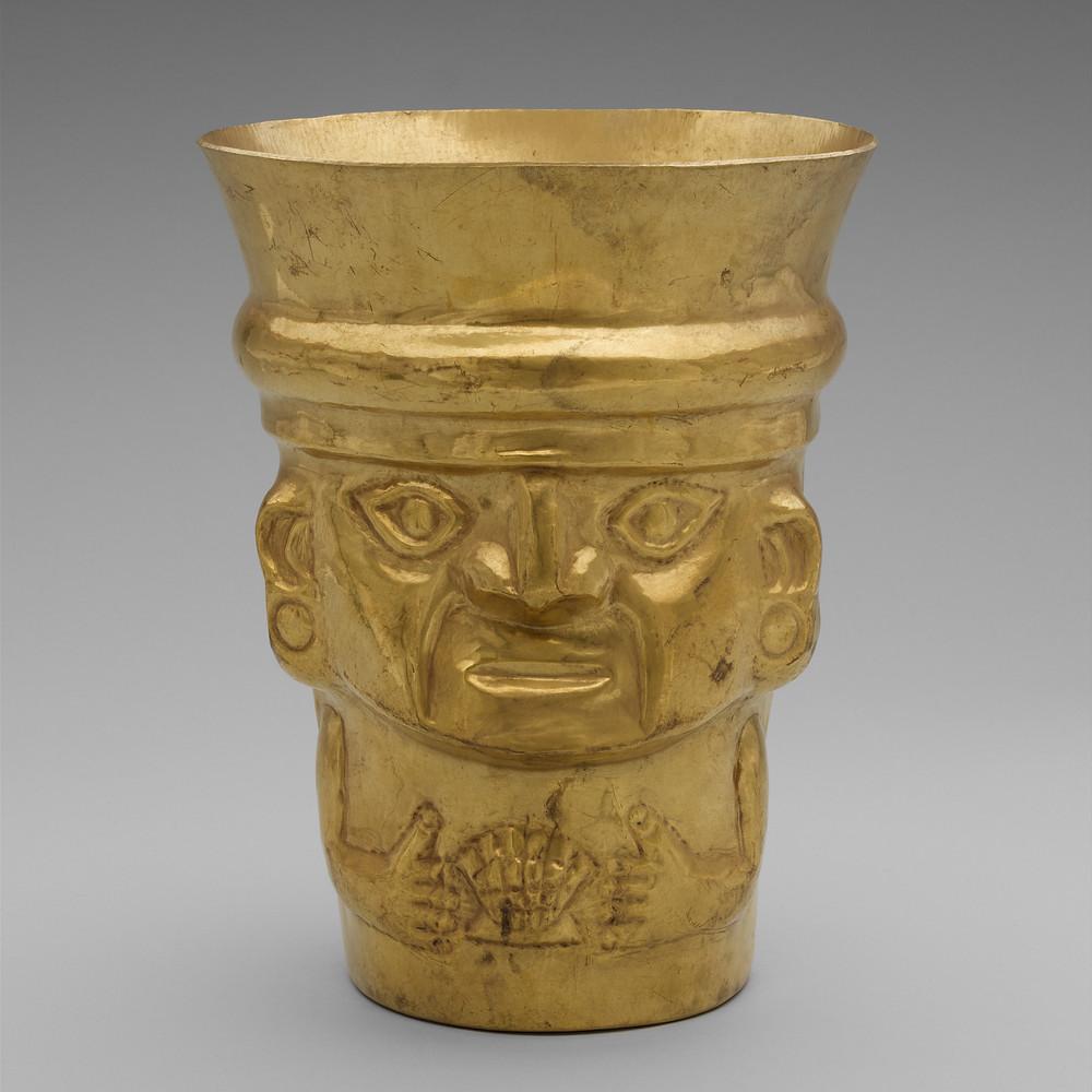Золотой сосуд, изображающий знатного человека с раковиной спондилюса в руках. Ламбаеке, 900-1100 гг. н.э. Коллекция The Metropolitan Museum of Art, New York.