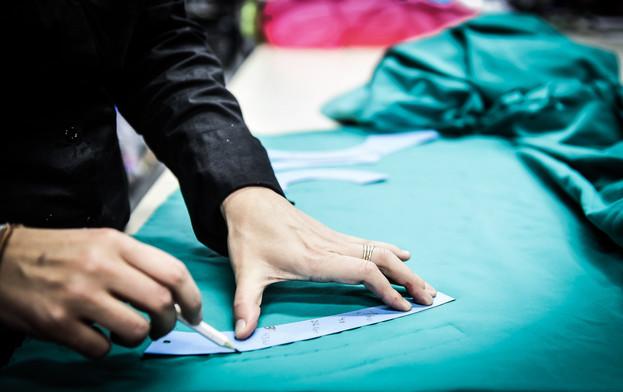 Modelista riscando tecido