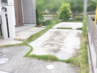 工事前の草だらけの駐車場スリット