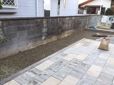 コンクリート平板と砂利の庭