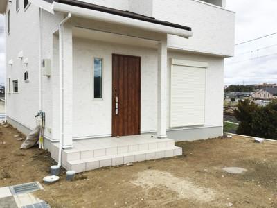 新築外構工事前の玄関前