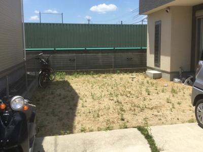 リフォーム前草だらけの庭