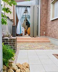 ガーデンルームと庭.jpg