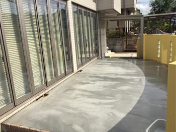 コンクリートテラスの庭