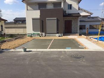 駐車スペースと土の庭