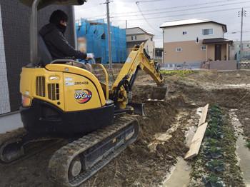 重機で土を掘る
